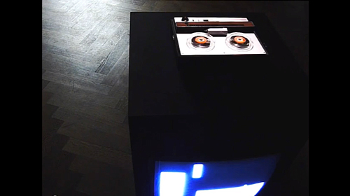 BTTF/STTP (Back To The Future / Straight To The Past) 2010 Installation aus Musik, Video, Bandmaschine, Bildschirm, MDF Installation of music, video, tape player, screen, MDF ca. 80 x 80 x 80 cm Courtesy the artis
